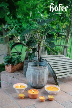 Zu einem gemütlichen Grillabend im Sommer gehört Kerzenschein einfach dazu. Die schöne Stimmung entspannt und macht den Moment perfekt. Citronella, Moment, Plants, Outdoor, Garden Parties, Mood, Candles, Summer, Simple