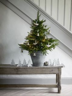 Make a mini Christmas tree as decoration in the hall.