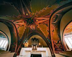 Reitsma's kerkplafonds bevatten vaak uitbundige symmetrische kleurenpatronen, zoals hier in Kollum.