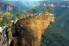 El melancólico paisaje australiano, rico en antiguos símbolos, fue en el año 1900 escenario de la misteriosa desaparición de un grupo de colegialas que participaban en una merienda campestre.