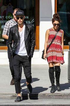 Tratando de distraerse en un día soleado, Vanessa Hudgens junto a su novio Austin Butler, fueron vistos por las calles de Beverly Hills.