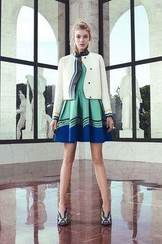 Karl Lagerfeld traz uma mistura de referências pra coleção de pré primavera-verão 2017 da Fendi! Tudo começa... Mais