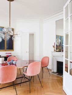 Parisian Dining Room with Pink velvet dining chairs via Nuevo Estilo Aroussia Chamakh Pink Dining Rooms, Beautiful Dining Rooms, Dining Room Chairs, Dining Table, Pink Velvet Chair, Velvet Chairs, Parisian Decor, Deco Studio, Dining Room Inspiration