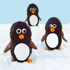Create an edible winter wonderland scene with these cute Nutter Butter penguins from Hungry Happenings.Nutter Butter cookies are dipped into chocolate and decorated with marshmallows to form the penguins body and faces.This is a super easy p Christmas Goodies, Christmas Desserts, Christmas Treats, Christmas Baking, Christmas Recipes, Christmas Brunch, Simple Christmas, Holiday Treats, Xmas Food