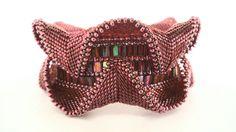 Ondulation framboise bracelet, bracelet géométrique, Bracelet rose, perlage géométrique contemporain, déclaration bijoux, bijoux d'instruction, rose, rouge par Damnedhalo sur Etsy https://www.etsy.com/fr/listing/232455504/ondulation-framboise-bracelet-bracelet