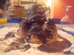 Le Rendez-vous - Profiteroles com sorvete de creme e calda de chocolate.