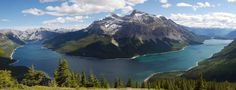 Panoramic view of Lake Minnewanka in Banff National Park Canada [OC] [4992x1920]