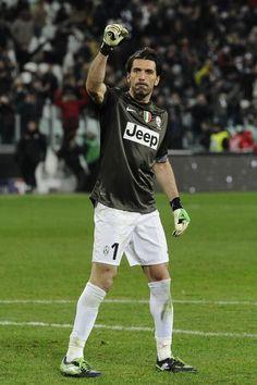Gigi Buffon celebrates in the game against Fiorentina. Football Soccer, Football Players, Italy Soccer, Juventus Fc, Living Legends, Goalkeeper, Superman, Athlete, Champion
