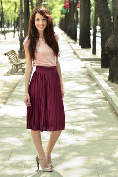 """Outfits de la semana: """"White & silver"""", """"Pleated skirt"""" y """"A Walk In the City"""" Burgundy Outfit, Burgundy Skirt, Pleated Skirt Outfit, Skirt Outfits, Pleated Skirts, Maxi Dresses, Modest Fashion, Fashion Outfits, Gossip Girl"""
