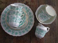 Juego de té; de porcelana inglesa de los años 20 para 5 personas.  Se compone de 10 platos (5 pastas y 5...
