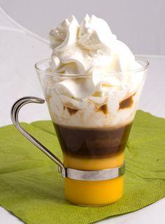 V hrnci svařte vaječný koňak s whisky, nakonec vmíchejte horké mléko a nápoj rozdělte do silnostěnných sklenic. Ozdobte pořádnou vrstvou dotuha ušlehané smetany. Zasypte kakaem a podávejte. Frappe, Beverages, Drinks, Coffee Recipes, Milkshake, Hot Chocolate, Baked Goods, Smoothies, Food And Drink