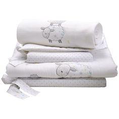 Babies R Us - Counting Sheep - Set de Cuna 3 Piezas, un conjunto que incluye edredón, protector de cuna y mantita polar. El edredón, adornado y de 100 x 120 cm, es algodón 100% con relleno de poliéster. El protector de cuna, de 35 x 155 cm, es de algodón 100% con relleno de poliéster. La mantita polar a juego es de 100 x 120 cm. Un set de cuna Counting Sheep, con graciosas ovejitas, es ideal para la habitación del bebé.