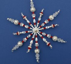Vánoční ozdoba - ledová korálková hvězda dvojitá Vánoční hvězdička z korálků a perliček, broušených korálků na pevné drátěné konstrukci , velikost 15 cm v barvách , stříbrná a ledová  křišťálová bílá a červená Hvězdička je dvojitá , 12 paprsků, je na ní spousta korálků i komponentů, proto je cena vyšší Celkový vzhled vytváří dojem ledu