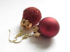 Weihnachtskugel-Ohrhänger ungleiches Paar rot-gold von soschoen auf DaWanda.com
