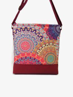 e2bf605296 Gyönyörű, aprólékosan kidolgozott mandalák díszítik ezt a táskát, amely  bordó textilbőrből készült. Varázslatos
