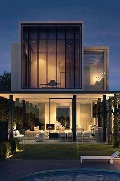 Casa com janelas grandes de vidro para a fachada