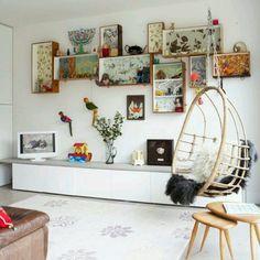 Aproveitando gavetas antigas, revestidas com papeis coloridos, como nichos de parede!