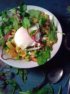 Poached egg and greens on fusilli – Simply Vegelicious