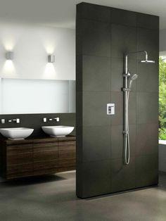 modernes bad mit braun-silbernen fliesen und ebenerdiger dusche, Badezimmer