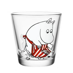 The charming Moominmamma on the shore glass from Iittala, depicts one of Tove Jasson's well-known characters from the Moomin tales. It depicts Moominmamma collecting shells in her apron on a hot summer day. In our assortment you will find a wide array of Moomin character glasses and mugs. A great collectable!