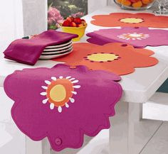 Or simply unbutton and voi-la, instant placemats! Diy Arts And Crafts, Felt Crafts, Handmade Crafts, Fabric Crafts, Diy Crafts, Table Runner And Placemats, Quilted Table Runners, Skinny Quilts, Mug Rugs