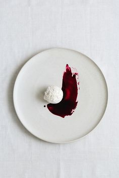 Probiotisches Kokoseis mit Holunderbeerensirup Probiotic coconut ice cream with elderberry syrup Food Photography Styling, Food Styling, Summer Ice Cream, Coconut Ice Cream, Elderberry Syrup, Paleo Dessert, Frozen Treats, Plated Desserts, Food Design