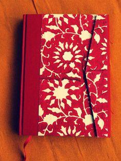 cuaderno en A5 y A6 , interior folios de 90gr, cortados, plegados y cosidos a mano en telar con hilo de lino encerado. exterior :papel indio pintado a mano. A6 ,13€ + gastos de envio y A5 16€ + gastos de envio