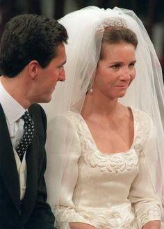 La boda de la Infanta Elena era la primera boda real que se celebraba en España después de muchos años, el noviazgo se había llevado en secreto, por lo que había sido una autentica sorpresa. El escenario de la boda: Sevilla