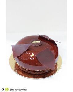"""#Repost @aupetitgateau with @repostapp @bakelikeapro #bakelikeaproyoutube  Im in love with a Choco . . Maitre Yoda m'a dit : """"Le chocolat est notre ennemi mais fuir devant l'ennemi c'est lâche"""". . Vous l'aurez compris ce dessert est 100% chocolat . J'ai eu le plaisir de le partager avec mon ami @dessert_parisian. _________________________________________________________ Il est signé @davidlandriot. Le chef a utilisé un chocolat pur origine du Guatemala une crème intense en chocolat le tout…"""