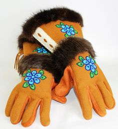 Gauntlet Gloves made in NT available at… South American Art, Native American Artwork, Native American Fashion, Seed Bead Patterns, Beading Patterns, Beading Ideas, Flower Pattern Drawing, Sewing Crafts, Sewing Projects