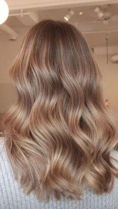 Best hairstyle choices for 2020 winter season « Find your new style! Best hairstyle choices for 2020 winter season « Find your new style! Honey Blonde Hair, Blonde Hair Looks, Blonde Hair With Highlights, Caramel Blonde Hair, Warm Blonde Hair, Sandy Blonde, Wavy Hair, Brown Hair Balayage, Aesthetic Hair
