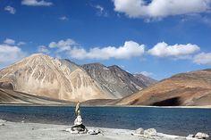 Leh et Ladakh est la partie la plus au nord de Jammu-et- Cachemire. Séparé du Cachemire par la chaîne de Pir Panjal , le Ladakh est le pays de montagne . Notre Leh et Ladakh package vacances vous mèneront à une terre de beauté renversante avec des glaciers , des vallées congelés, et des falaises abruptes de neige .