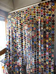 GUIRNALDAS Cup Crafts, Arts And Crafts Projects, Diy Projects To Try, Diy And Crafts, Beaded Curtains, Diy Curtains, Dosette Nespresso, Paper Curtain, Plastic Bottle Tops