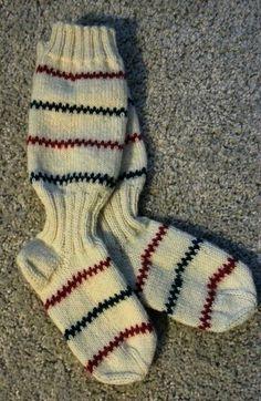Det första paret pippi-sockor. Få se hur många till det blir. Mönstret hittade jag här: http://lindaslantliga.blogspot.fi/2012/09/pippisockorna-beskrivning.html