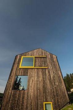Brent kledning og fantastisk utsikt – et hus som skiller seg ut