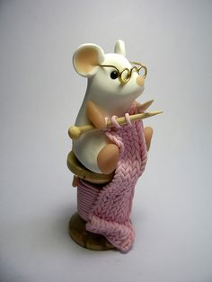 Knitting Mouse by QuernusCrafts, porcelana fria polymer clay