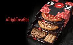 """C'est presque un coffret cadeau de Noël. L'enseigne Pizza Hut lance un coffret à trois tiroirs qui rassemble deux pizzas classiques +un cookie aussi grande qu'un pizza +5 breadsticks. CetteTriple Treat Box n'est disponible qu'aux États-Unis pour le moment. Environ 20 dollars. """"One box, three times the joy"""" It's here. #TripleTreatBox pic.twitter.com/EzIh4yT3rI — Pizza Hut…"""