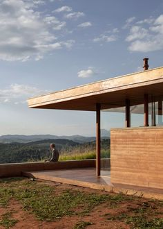 Set on a concrete foundation, the rammed earth construction is composed of earth, sand and clay to create a wet mixture that is placed in between flat panels to harden. The studio said this technique allowed for easy, efficient and affordable construction on the site. Rammed Earth Homes, Rammed Earth Wall, Devon, Off Grid House, Rural House, Tadelakt, Natural Building, Contemporary Architecture, Nice View