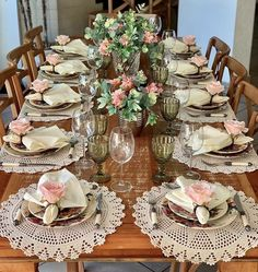 ❤Siga nosso perfil para receber dicas e fotos diariamente❤ . Elegant Table Settings, Beautiful Table Settings, Crochet Placemats, Easter Table, Table Arrangements, Deco Table, Decoration Table, Dining Room Table, Table Runners