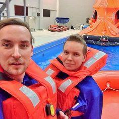 Haluamme tarjota matkustajille aina turvallisen laivamatkan. Siksi miehistömme osallistuu säännöllisesti turvallisuus- ja pelastuskoulutuksiin. Tällä viikolla taitoja ovat kertaamassa kokousvastaava Daniel ja risteilyisäntä Simopekka #eckeröline #turvallisuus #merenkulku
