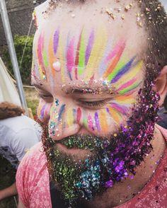 Festival glitter beard perfect for a hen-do! Glitter Tip Nails, Glitter Face, Glitter Dust, Glitter Heels, Glitter Fabric, Glitter Makeup, Glitter Beards, Festival Makeup Glitter, Carnival Makeup
