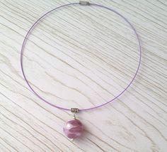 Ras du cou fil cablé violet clair avec perle de verre filé au chalumeau rose -améthyste moyen : Collier par auverredoz