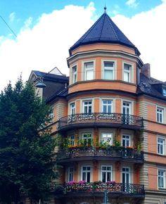Впервые  вижу растущие на балконе подсолнухи   И красиво и семечки на зиму есть   #этожизнь #лето #путешествие #август #2016 #summer #travel #traveling #reisen #followme #life  #photoart #today #архитектура #мюнхен #германия #бавария #deutschland #munchen #germany #munich #bayern
