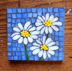 Stained glass mosaic flowers (daisies) by Cathy Garner. Mosaic Tray, Mosaic Tile Art, Mosaic Artwork, Mosaic Stepping Stones, Stone Mosaic, Mosaic Glass, Stained Glass, Mosaic Garden Art, Mosaic Flower Pots