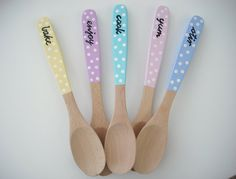 Painted Wooden Spoons by niccola on Etsy Diy Home Crafts, Diy Craft Projects, Handmade Crafts, Crafts To Make, Spoon Art, Wood Spoon, Green Kitchen Designs, Wooden Spoon Crafts, Painted Spoons