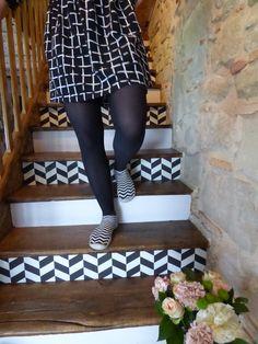 Un joli escalier de bois relooké avec papier peint #fermliving , peinture #farrowandball , et les magnifiques chaussons #collegien
