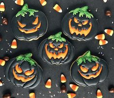 These spooky jack-o-lantern cookies are great for your Halloween theme party! These spooky jack-o-lantern cookies are great for your Halloween theme party! Halloween Desserts, Postres Halloween, Halloween Cookies Decorated, Halloween Sugar Cookies, Halloween Party Themes, Halloween Treats, Halloween Biscuits, Halloween Jack, Candy Corn Cookies