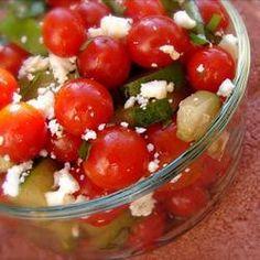 Tomatensalat mit Feta, Gurke und Basilikum. Super Sommersalat! Das #Rezept gibts auf Allrecipes Deutschland: http://de.allrecipes.com/rezept/6434/tomatensalat-mit-basilikum--gurke-und-feta.aspx