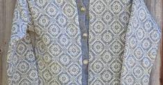 Denne fine grå koften var med i Koftejakt-reportasjen i Lev Landlig. Da visste vi ikke navn og nummer/oppskrift, men nå har en våke... Knitting, Sweaters, Fashion, Moda, Tricot, Fashion Styles, Breien, Stricken, Sweater