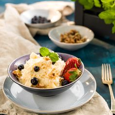 Netradičný sladko-slaný zelerový šalát s vlašskými orechmi vás príjemne prekvapí lahodnou chuťou a jednoduchou prípravou. Celý videorecept nájdete na www.komoraslovenskychgazdin.sk/zelerovy-salat/. Mashed Potatoes, Ale, Pudding, Ethnic Recipes, Desserts, Food, Whipped Potatoes, Tailgate Desserts, Deserts